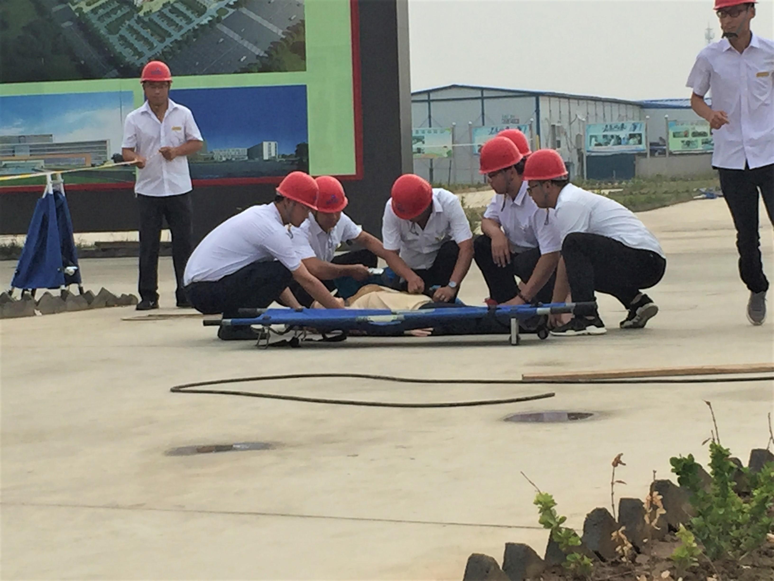我集团演练小组各就各位,触电应急救援演练正式开始.